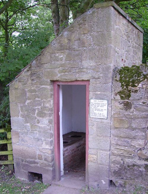 687px-Toilet_in_the_Beamish_Museum_01 (2)